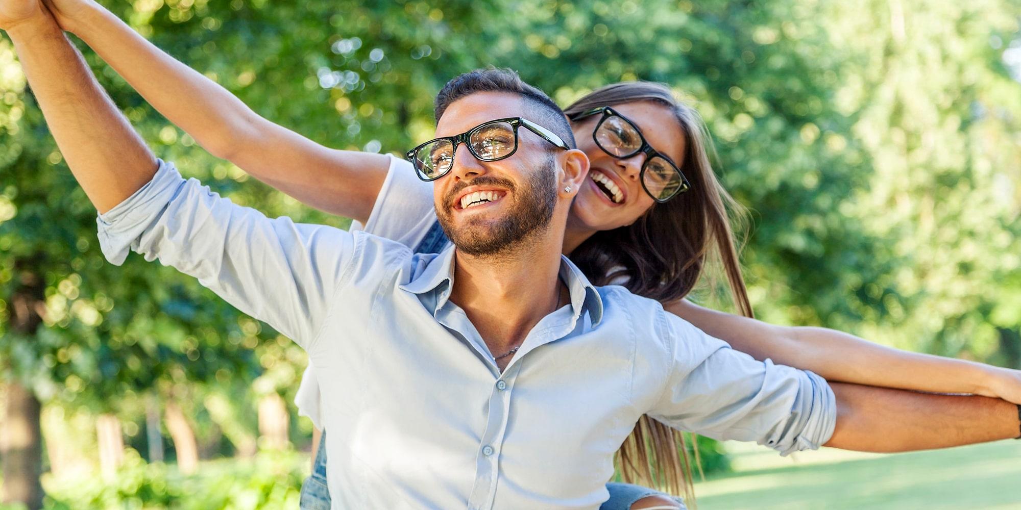 Gelukkig koppel met trendy leesbrillen - Luxueuze & Betaalbare leesbrillen