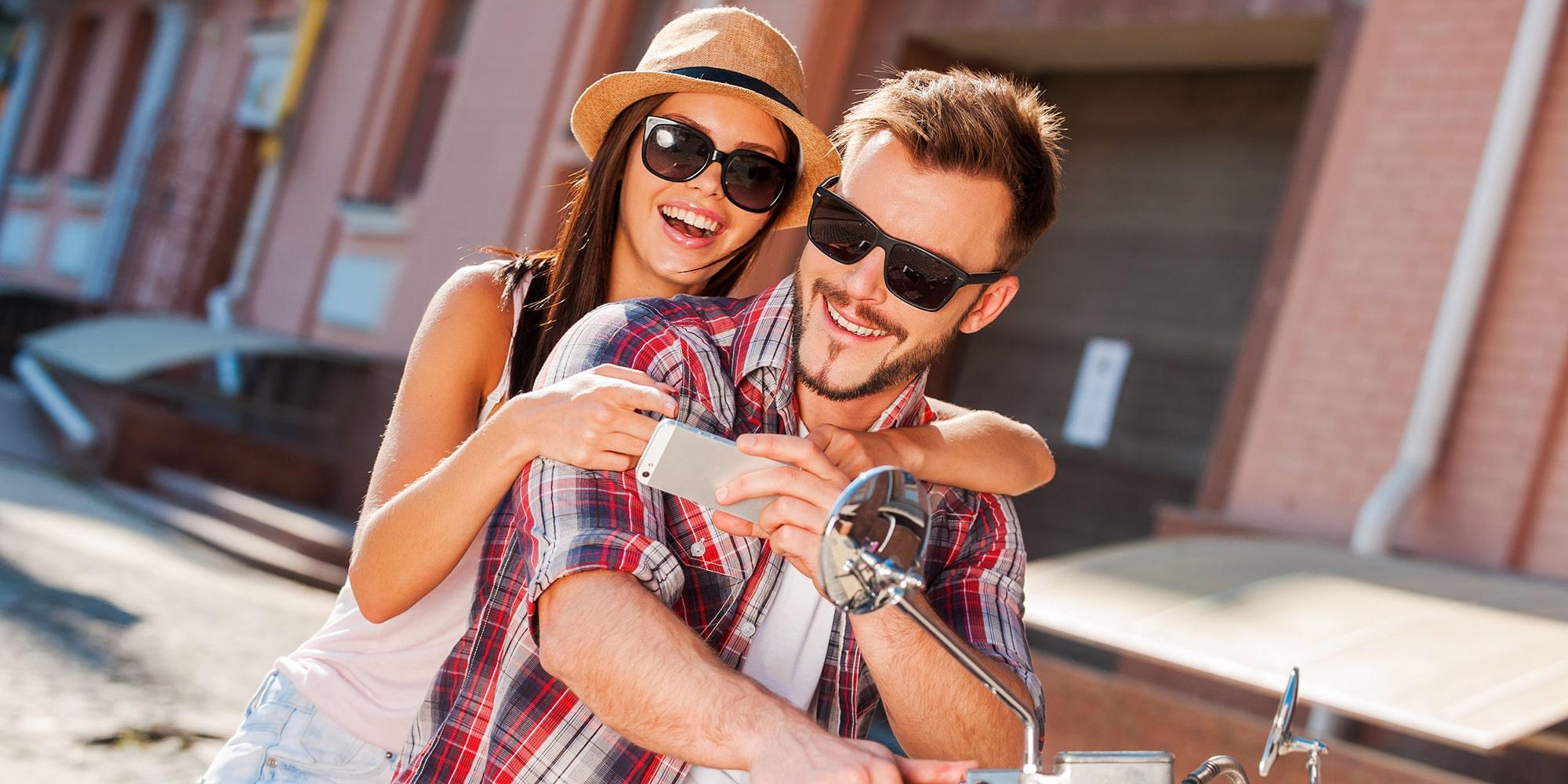 Gelukkig koppel met trendy leesbrillen op Italiaanse Vespa- Luxueuze & Betaalbare leesbrillen