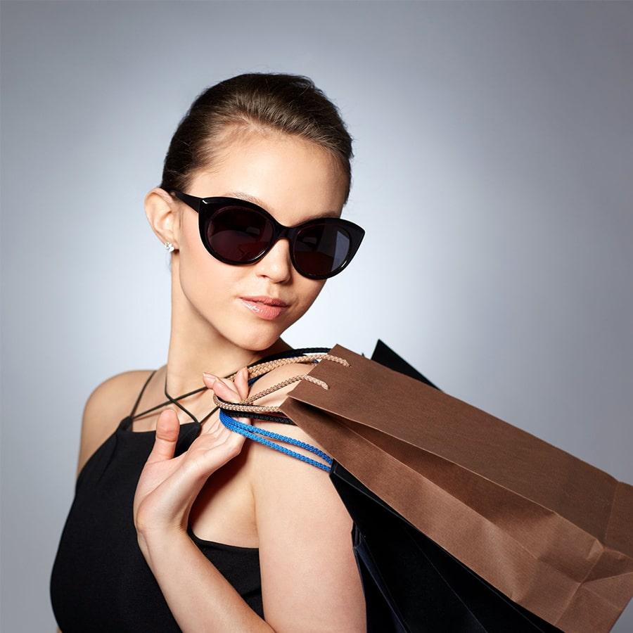 Vrouw met trendy zonnebril - Amazotti, Luxueuze en Betaalbare brillen-min