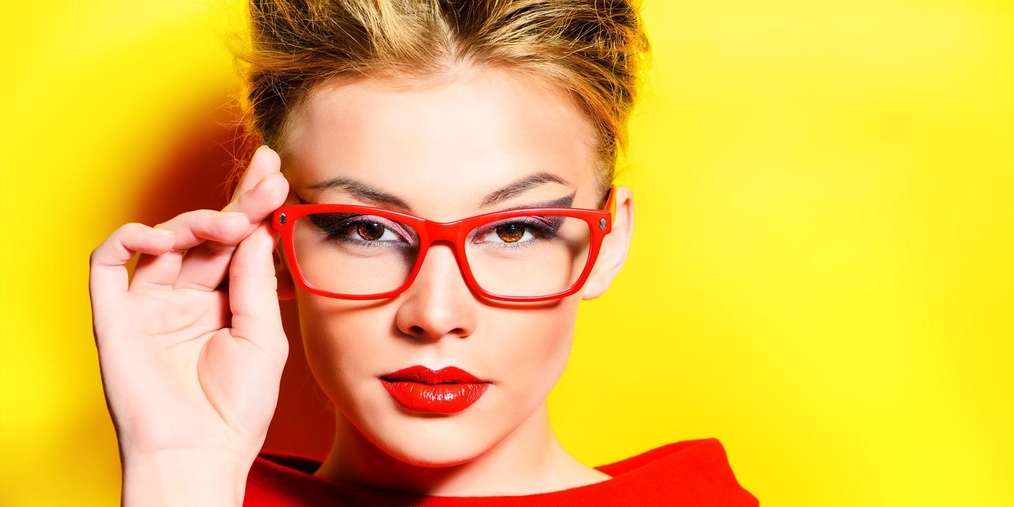 Vrouwelijk model met Amazotti leesbril - Gele achtergrond - Vrouw met leesbril - Luxueuze & Betaalbare leesbrillen